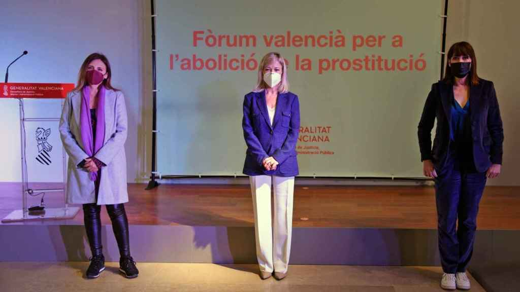 Gabriela Bravo (en el centro) durante la presentación del Foro para la Abolición de la Prostitución. EE