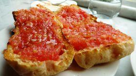 Una imagen de pan con tomate.