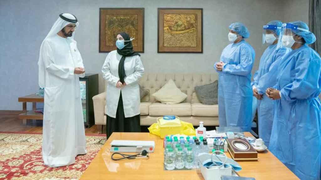 El primer ministro de Emiratos Árabes Unidos recibe la vacuna de Sinopharm.
