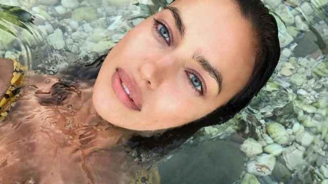 Irina Shayk muestra cual es su producto estrella para lucir un rostro radiante.