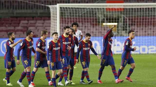 Los jugadores del Barcelona celebran el gol de Ousmane Dembélé