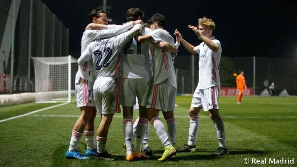 Piña de los jugadores del Real Madrid Castilla tras el gol de Latasa
