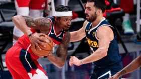 Facundo Campazzo defendiendo durante un partido de la NBA