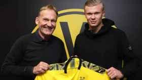 Hans Joachim Watzke y Erling Haaland, en su presentación como jugador del Borussia Dortmund. Foto: Twitter (@BVB)