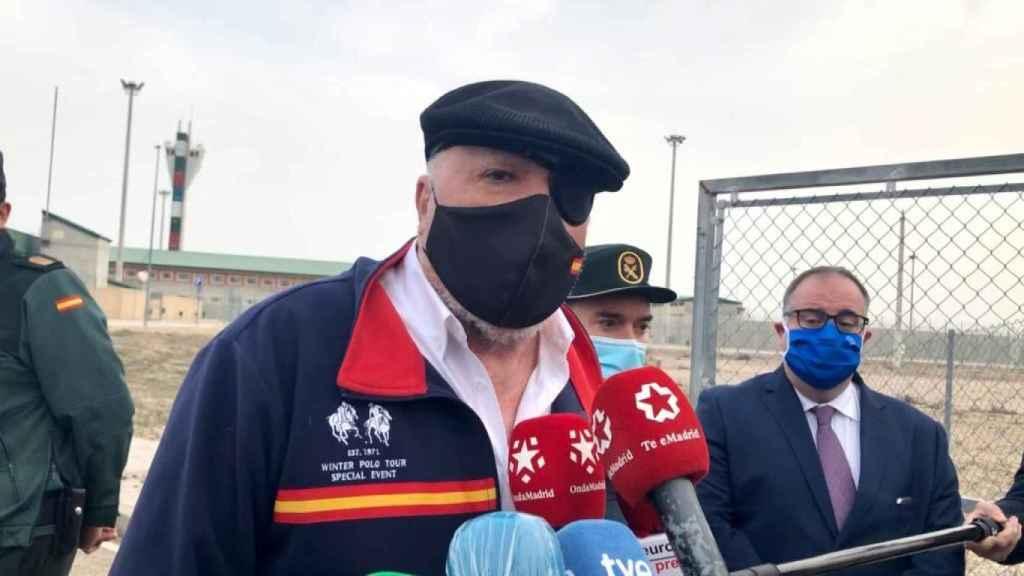 El excomisario José Manuel Villarejo comparece ante los medios al salir de la cárcel de Estremera.