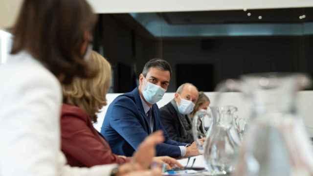 Pedro Sánchez, reunido con el núcleo duro del Gobierno para diseñar el plan de 'pasaportes de vacunación'.