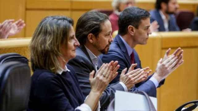 Teresa Ribera, vicepresidenta cuarta; Pablo Iglesias, vicepresidente segundo; y Pedro Sánchez, presidente del Gobierno, en el Senado.