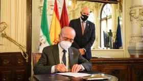 El CEO de Mobile World Capital Barcelona, Carlos Grau, y el Alcalde de Málaga, Francisco de la Torre Prados, durante la firma del convenio.