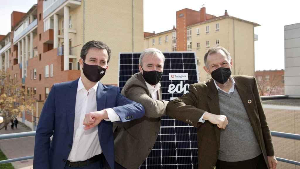 Jorge Azcón, alcalde de Zaragoza; Gabriel Nebreda, director general de EDP Solar, y Víctor Viñuales, director general de ECODES.