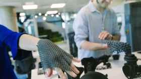 Dos emprendedores realizan pruebas de guantes hechos con impresión 3D en las instalaciones de 3DFactory Incubator.