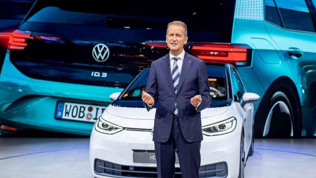 El CEO del grupo Volwswagen, Herbert Diess junto con el primer modelo 100% eléctrico de la marca, el ID.3.