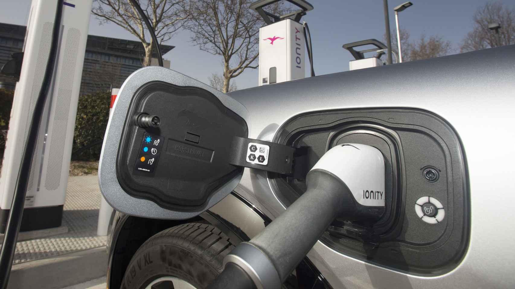 Imagen de un coche eléctrico en plena recarga.