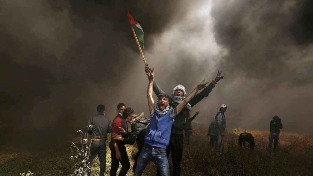 Manifestantes palestinos se manifiestan contra las tropas israelíes en la Franja de Gaza en una imagen de 2018.