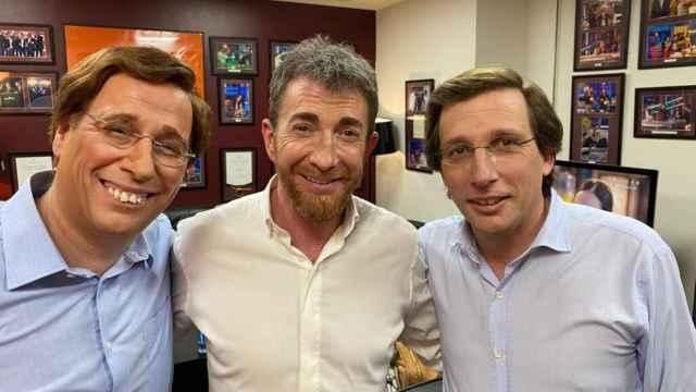 Almeida junto a Pablo Motos y a su 'doble' Carlos Latre en su paso por 'El Hormiguero'.