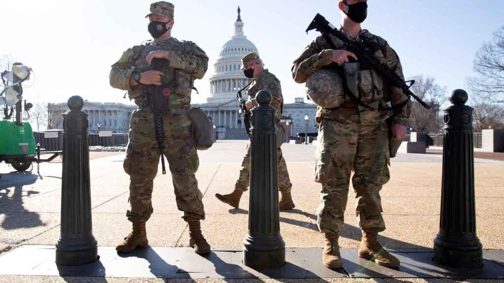 Las fuerzas policiales protegiendo el Capitolio.