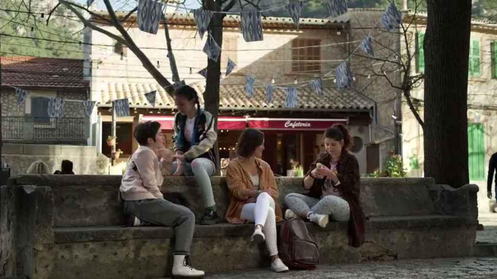 Sara Campos junto a Bela, Julia y Sami un año después.