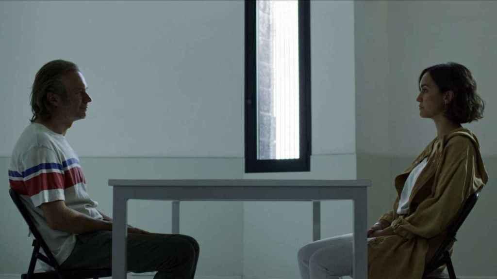 Ángel (Tristán Ulloa) y Sara (Megan Montaner) en su despedida.