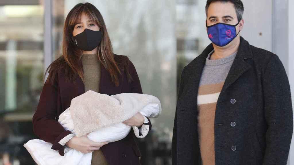 Isabel y su marido, Álex Cruz, posando con su segundo hijo a la salida del hospital.