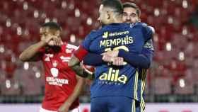 Houssem Aouar abraza a Memphis Depay en un partido del Olympique de Lyon