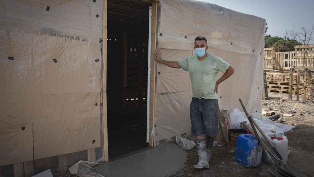 Youssef Halili, marroquí de 32 años, en la puerta de su nueva casa.