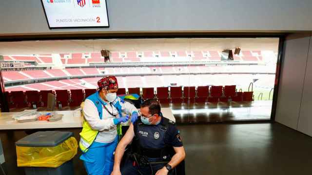 Un policía recibe la vacuna de AstraZeneca en el Wanda Metropolitano.