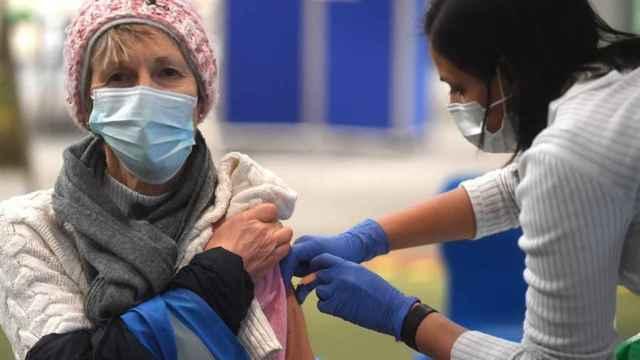 Una enfermera poniendo la vacuna de Pfizer a una paciente.