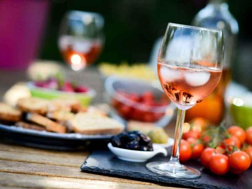 El vino, con o sin hielo, es un catalizador de buenos momentos.