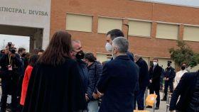 De izquda. a dcha. Maite Araluce y Miguel Folguera  (de la AVT), se dirigen hacia Sánchez y Marlaska, ayer tras la destrucción de armas.