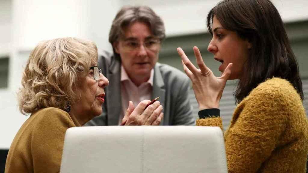 Rita Maestre y Manuela Carmena, con Marta Higueras de fondo, en una imagen de archivo.