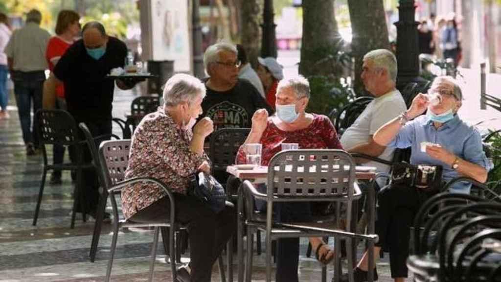 Gente en la terraza de un bar.