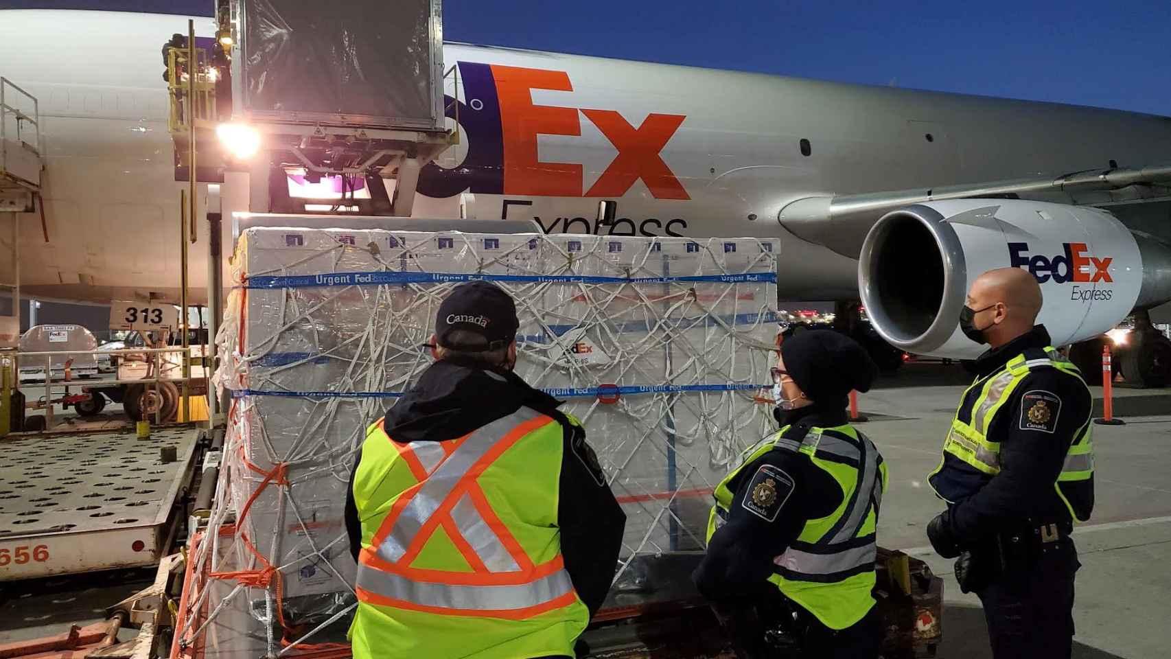 Un cargamento de vacunas de AstraZeneca a su llegada a Canadá