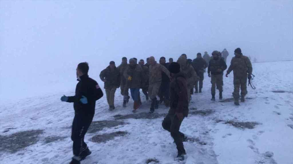 Equipos de rescate trasladan a uno de los heridos en el accidente de helicóptero ocurrido en  Bitlis.