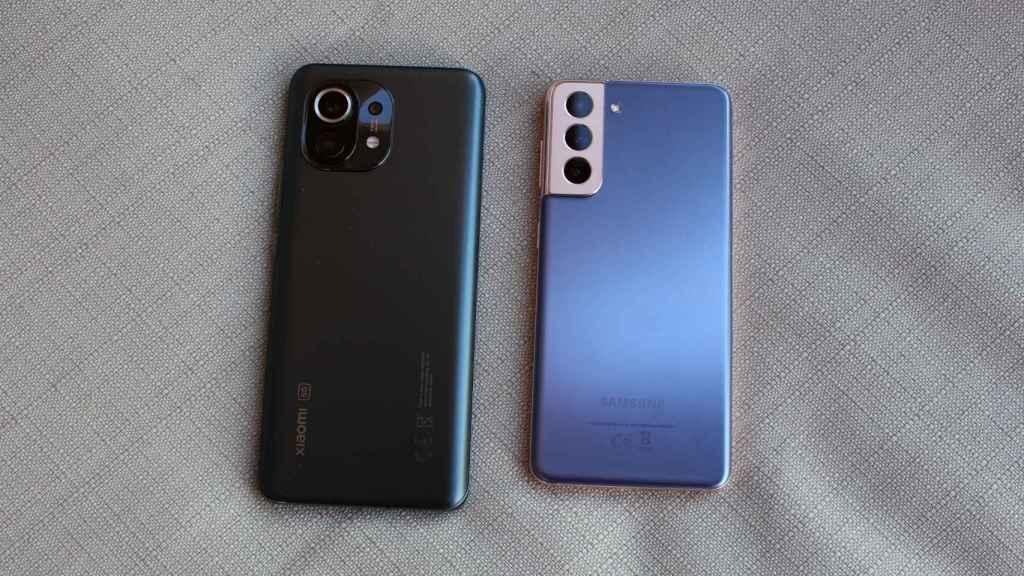 El Samsung Galaxy S21 (derecha) y el Xiaomi Mi 11 (izquierda) tienen distintos procesadores.