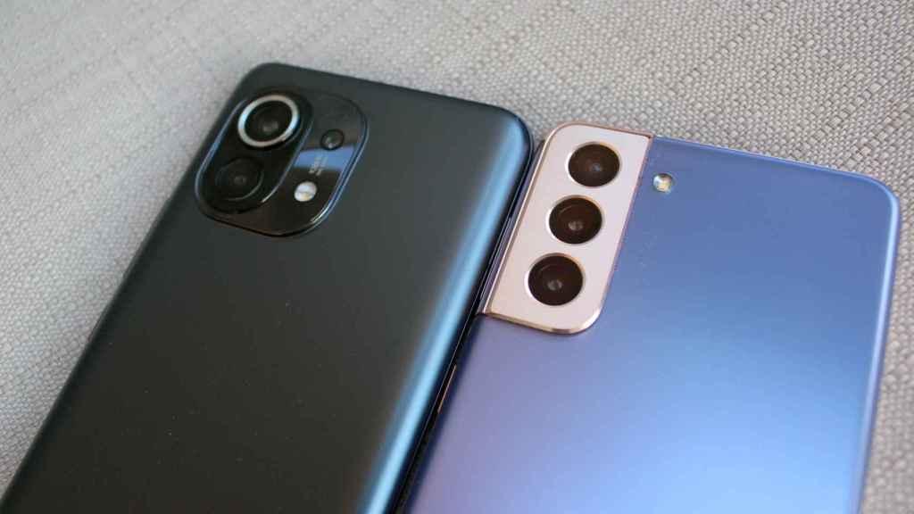 Los módulos de cámaras del Samsung Galaxy S21 (derecha) y  Xiaomi Mi 11 (izquierda).
