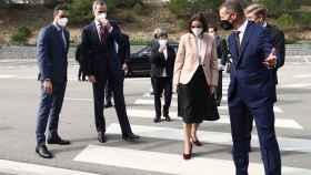 De izquierda a derecha: Pedro Sánchez, presidente del  Gobierno de España, Felipe VI, Rey de España, Reyes Maroto, ministra de Industria, Comercio y Turismo; Herbert Diess, CEO del grupo Volkswagen y Wayne Griffiths, presidente de Seat.