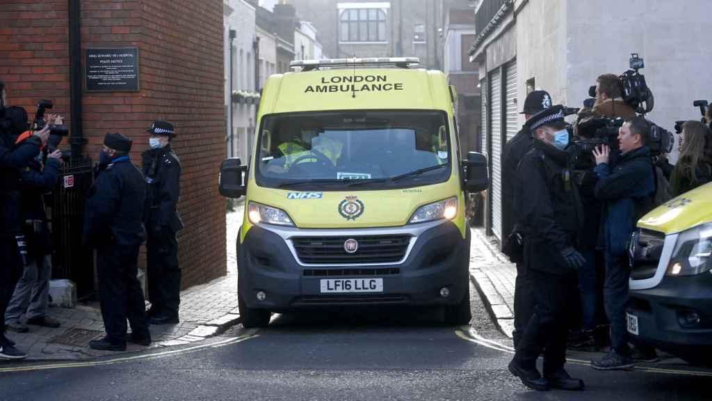 Imagen de la ambulancia que trasladó a mitad de semana a Felipe de Edimburgo para ser intervenido del corazón.