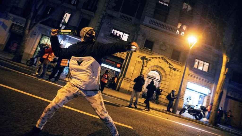 Un manifestante arroja una botella el pasado 23 de febrero en Barcelona.