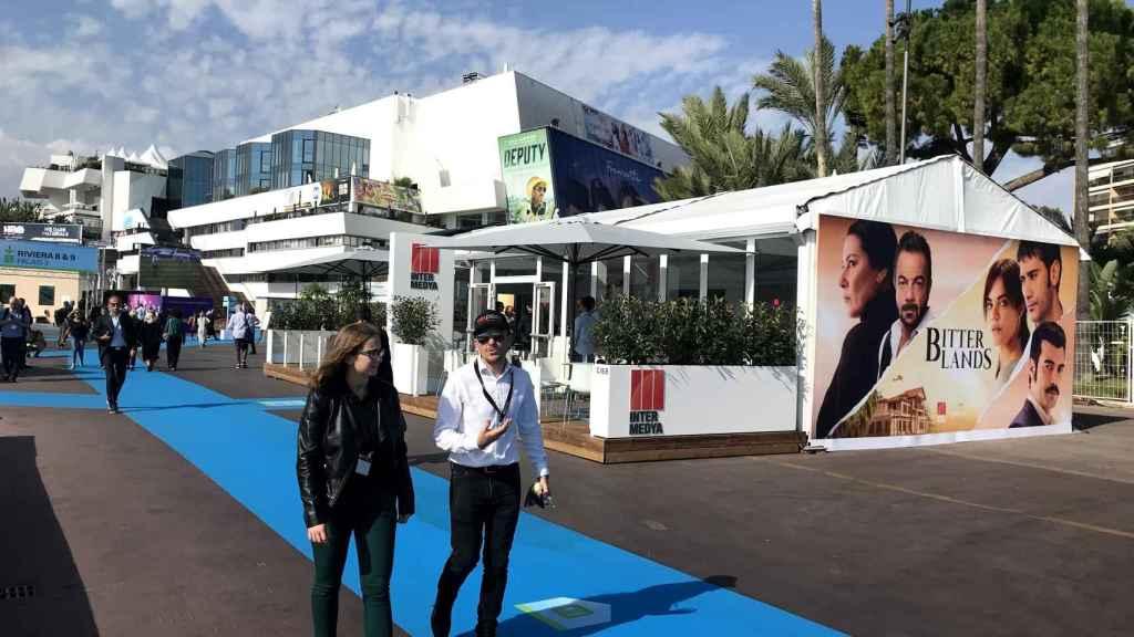 Stand del distribuidor turco Inter Medya en la feria Mipcom de Cannes.