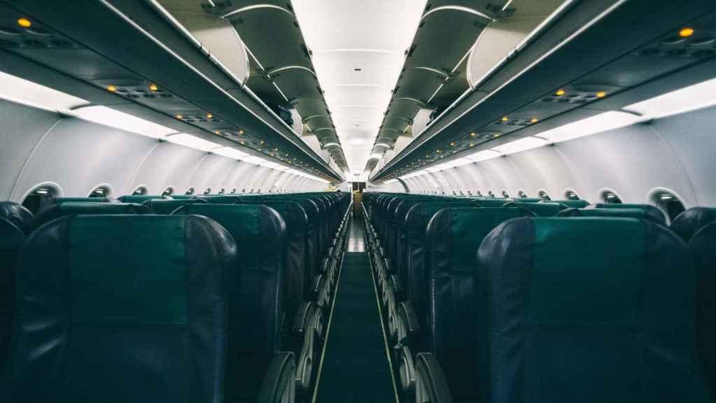 Interior de la cabina de pasajeros de un avión