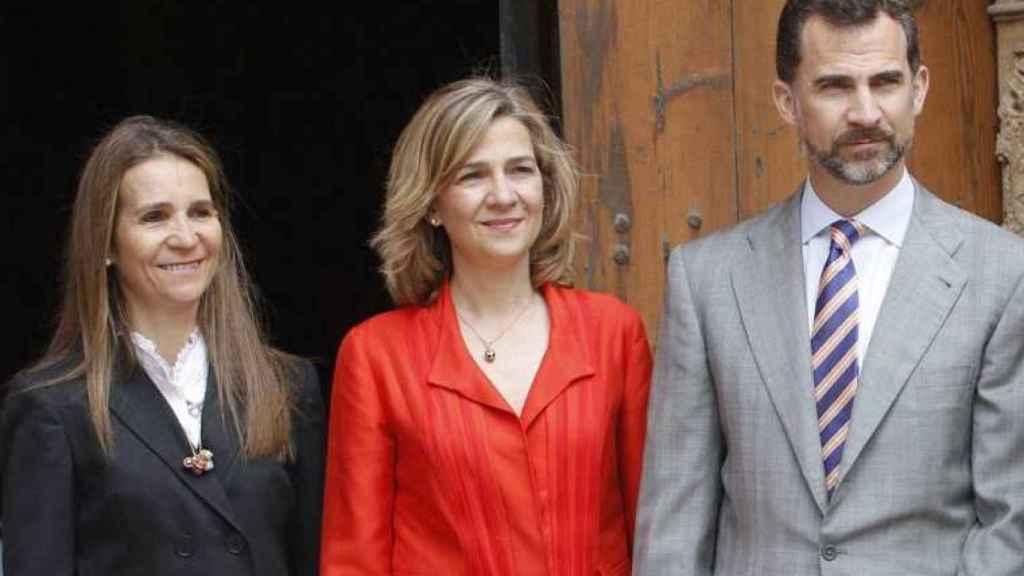 Las infantas Elena y Cristina junto a su hermano, el rey Felipe VI.