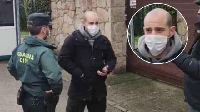Iñaki Jiménez, el 'Pirrakas', departe con los agentes en la puerta del chalet de Iglesias