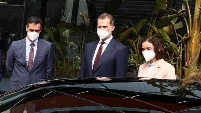 EL Rey Felipe VI, junto a Pedro Sánchez y Reyes Maroto en la fábrica de Seat en Martorell (Barcelona).