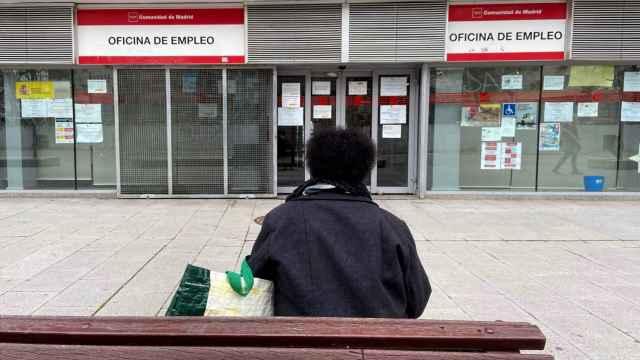 Una persona, ante una oficina de empleo en Alcorcón (Madrid).