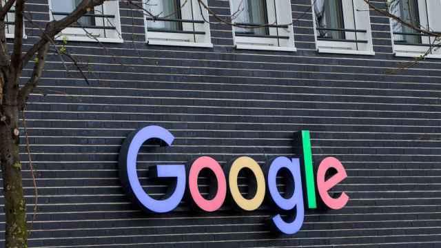 Logo de Google en la fachada de un edificio.