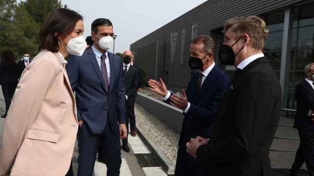 De izquierda a derecha: Reyes Maroto, ministra de Industria; Pedro Sánchez, presidente del Gobierno; Herbert Diess, CEO de Vokswagen y Wayne Griffiths, presidente de Seat.