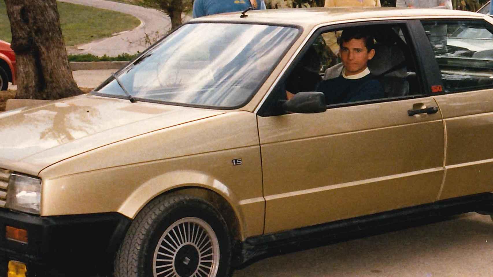 El entonces príncipe Felipe, al volante de un Seat Ibiza con 18 años.