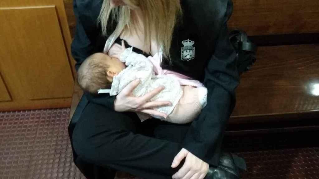 Marta Rodríguez, hace un año con su bebé, dando de mamar en el juzgado.