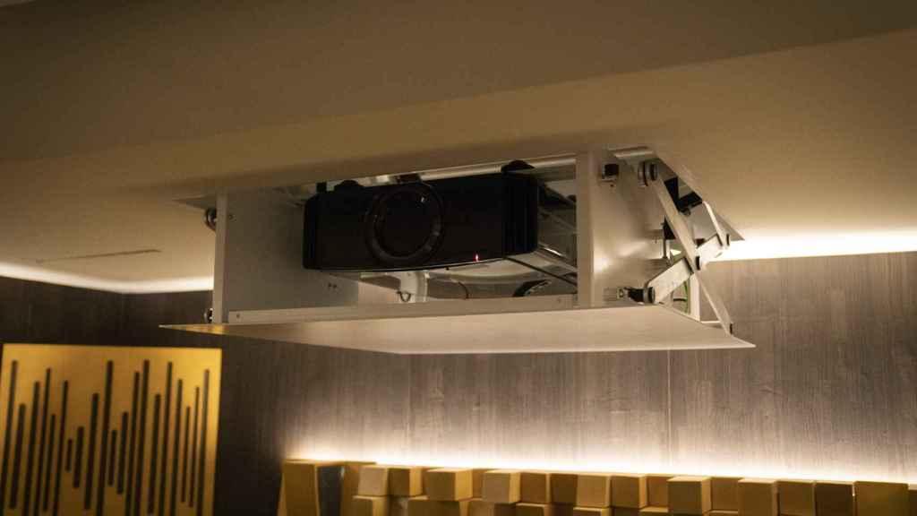 Sistema que esconde el proyector.