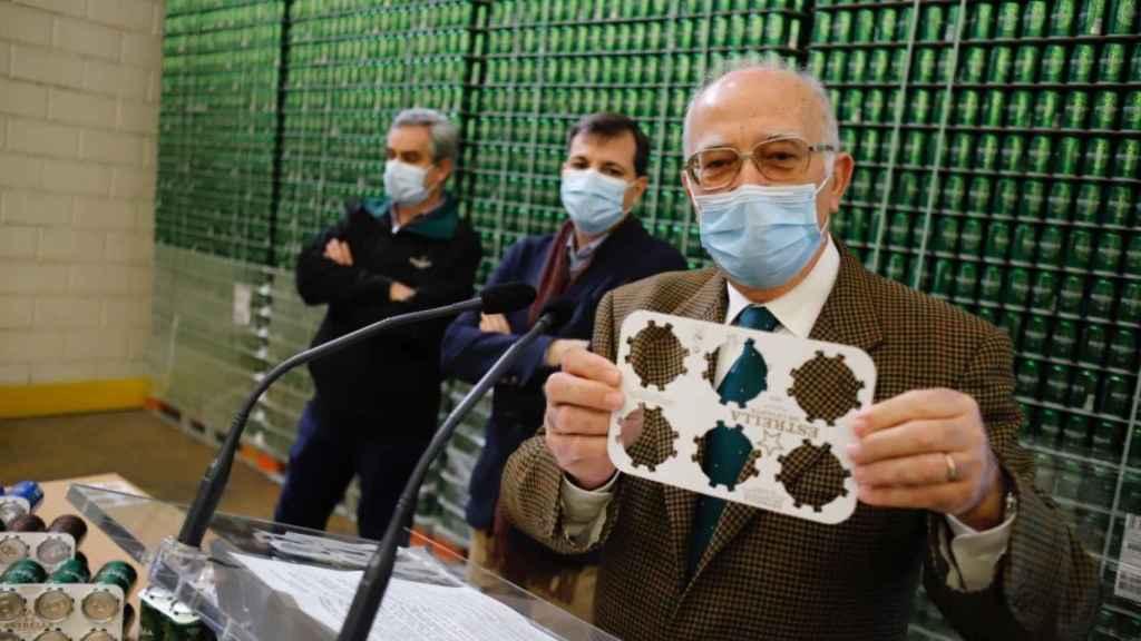 Pedro Marín, director general de Estrella de Levante, mostrando el nuevo embalaje de las latas.