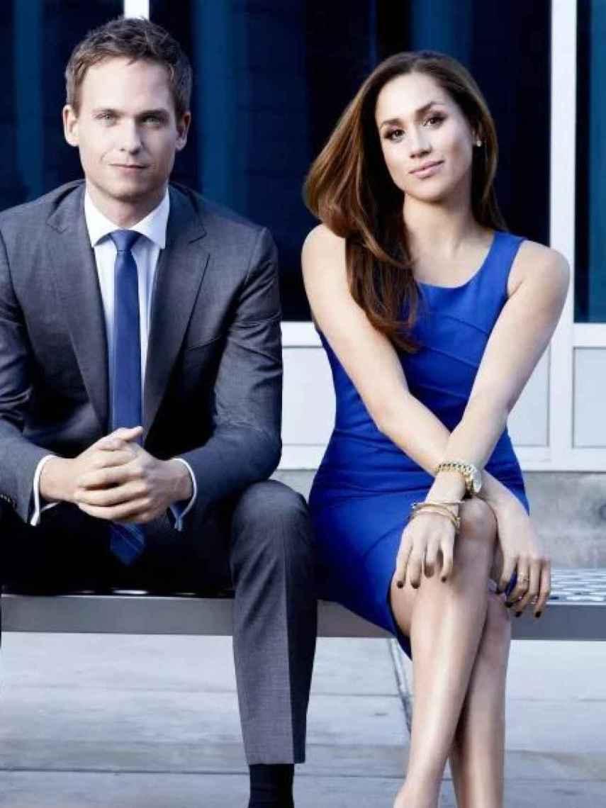 Patrick J. Adams y Meghan Markle, en una imagen promocional de la serie 'Suits'.